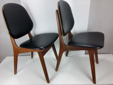 Manufacturer unknown - 2 teak wood chairs with black faux leather