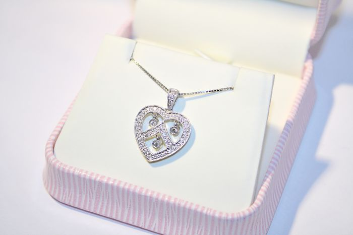 Heart-shaped diamond pendant, 36 pc = 0.39 ct total °°no reserve°°