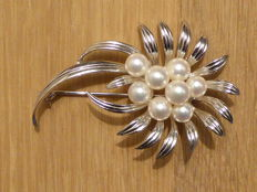 MIKIMOTO, Tokyo - Large flower brooch with eight Akoya pearls - Rhodium-plated 950 silver - No reserve price