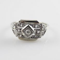 Platinum and 18 kt white gold Art Deco ring with 7 diamonds