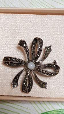 Antique 925/1000 silver brooch, studded with marcasites with central pearl