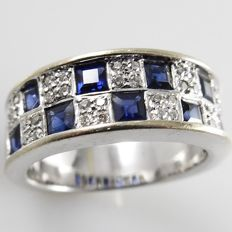 18 kt white gold band ring with 1.35 ct princess cut blue sapphires and 0.20 ct brilliant cut diamonds