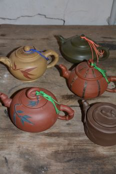 A collection of 5 Yixing clay tea pots - China - late 20th century / 21th century