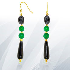 Long 14kt gold earrings with engraved black onyx and Jadeite Jade  – Length 7.5 cm