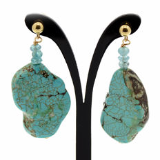 18kt/750 yellow gold earrings with Arizona turquoises and apatites  – Length 40 mm.