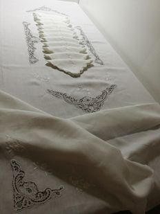 "Italian manufacture - 100% Pure linen ""Gem"" tablecloth with 12 napkins, hand embroidered with lace - 270 x 175"