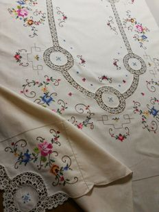 Vintage handcrafted large Italian tablecloth 1970s. 170 cm x 125 cm.