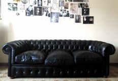 Black leather 3 seats Chesterfield sofa - Circa 1980, Great Britain, leather, wood, goose-feather pillows