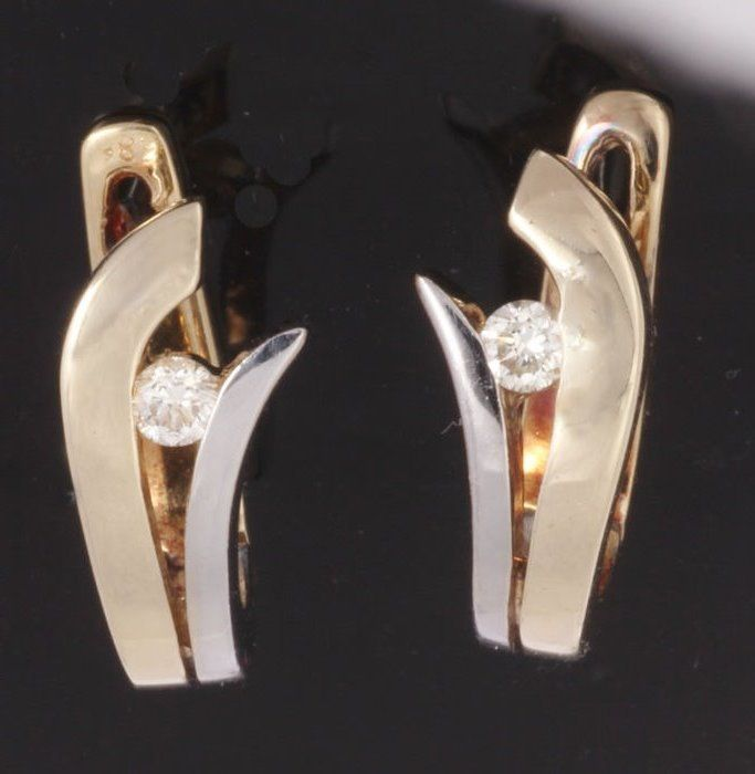 14 kt White and yellow gold hinged creole earrings set with 0.20 ct TW-VSI brilliant cut diamond - 16 x 12 mm