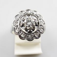 White gold Art Deco entourage ring with a central diamond of 0.25 ct and surrounded with 12 rose cut diamonds