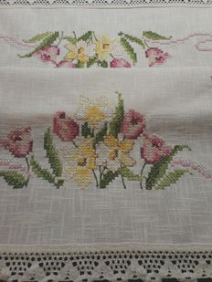 Tablecloth in rough ivory linen with lace and handmade embroidery in cross stitch.