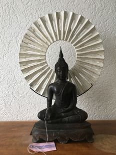 """Set of brass Buddha and modern wooden """"wheel of time"""" - Thailand - Late 20th century"""