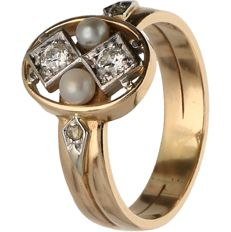 14 kt - Yellow gold ring set with pearls and 1 old European cut, 1 brilliant and 2 rose cut diamonds with a total of 0.15 ct - Ring size: 19.25 mm