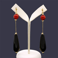 18kt/750 yellow gold earrings with onyx and coral  – Length 74 mm.