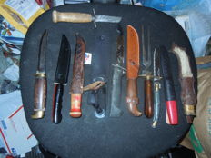 a bunch of knifes older most 13 knifes