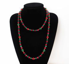 Long polished emerald and ruby necklace - 525 ct - 114 cm