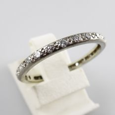 Vintage white gold eternity ring with 26 octagon cut diamonds, 0.50 ct in total - ring size 18.25 (57)