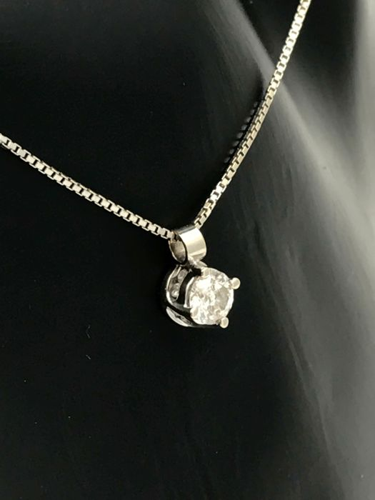 A slender 18 kt white gold necklace approx. 45 cm with pendant with a diamond of approx. 0.5 ct in brilliant cut