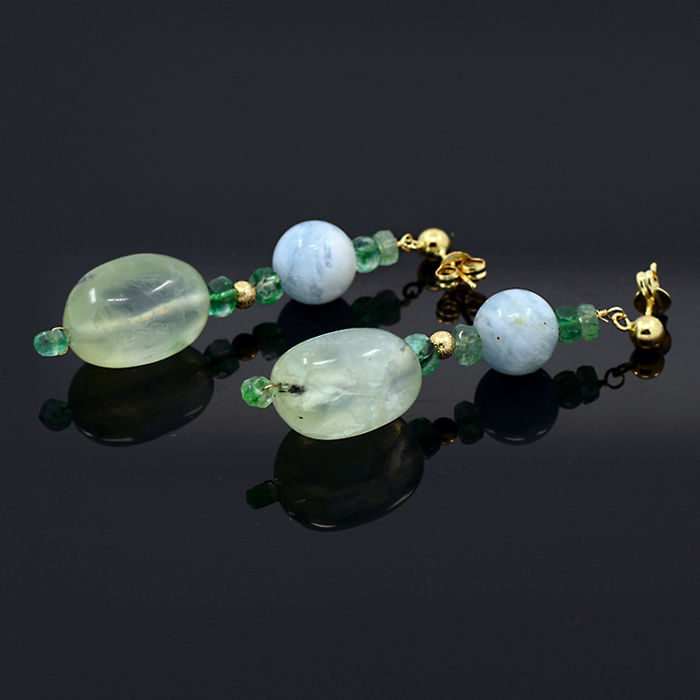 18kt/750 yellow gold earrings with emeralds, prehnite and aquamarines – Length 48 mm.