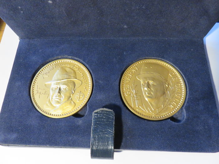 France – Chest with 2 medals '40th anniversary of the Victory' 1985 – 175 g (x 2), gilt