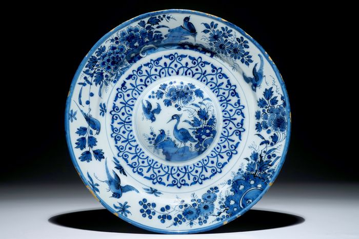 Attributed to Adriaan Kocx - A large faience Delft Cardinal Dish with birds and flowers and an exquisite cavetto border - factory De Grieksche A (The Greek A) - Delft, The Netherlands - circa 1687/1701