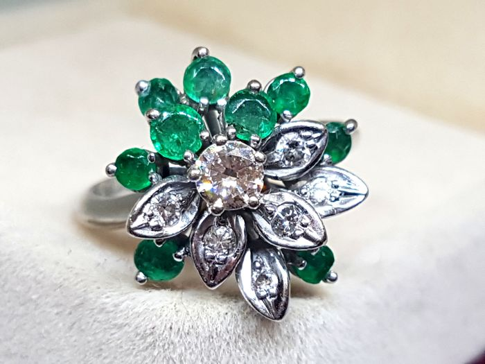Cocktail ring in 18 kt white gold - 5 g - Diamonds of 0.32 ct and emeralds - Size 8 (Spain)