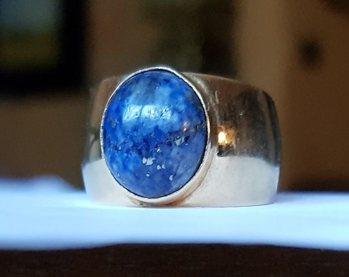 Ring in 18 kt yellow gold with lapis lazuli cabochon