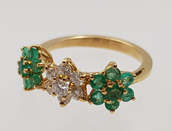 Exclusive yellow gold 18 kt ring with 7 diamonds and 14 emeralds making a total of 1.2 ct. Brilliant cut, clarity VS. Low reserve