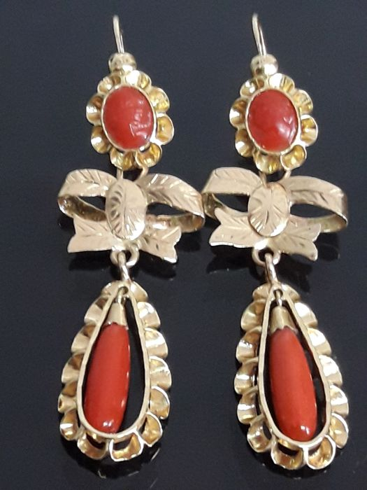 Long earrings made of gold with high-quality cameos representing ladies from the era