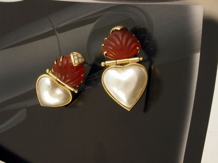 Earrings in 18 kt/750 yellow gold With 12 brilliant cut diamonds for a total of 0.12 ct, 2 heart-cut mabé pearls, 2 triangular cut engraved carnelians