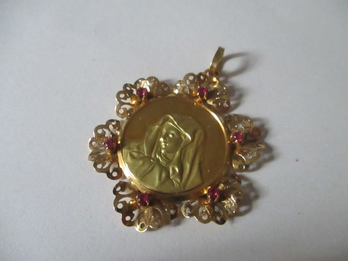 Hand-made pendant The Madonna Diameter: 4 cm, 18 kt gold with rubies