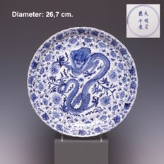 Beautiful blue white porcelain platter, decoration of four-clawed dragon - China - early 18th century (marked: Xuande)