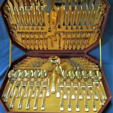 """PLANETA - Luxury cutlery in a case - """"BERLIN"""" model - 12 people (104 pieces) - 23/24 karat gold plated - 1,000 pure gold - unused"""