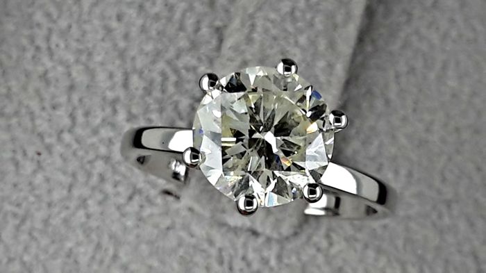 2.15 ct  round diamond ring made of 14 kt gold  *** NO RESERVE PRICE ***