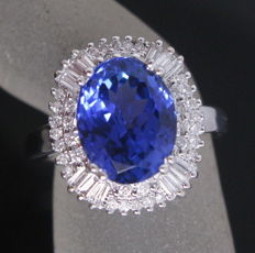 Women's ring in 18 kt white gold with tanzanite (4.35 ct) and diamonds (1.00 ct)