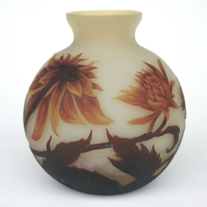 Muller Frères - Cameo glass vase with chrysanthemum decorations