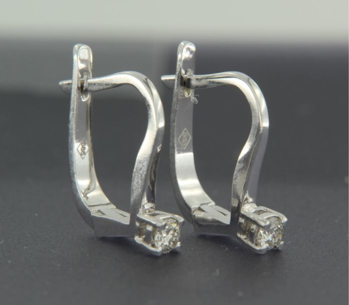 14 kt white gold solitaire dangle earrings set with 0.07 carat brilliant cut diamonds, height 1.1 cm, width 2.2 mm