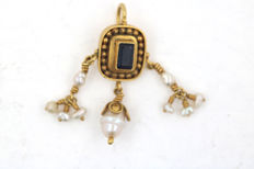 Unique pendant 22 kt / 916 gold with freshwater pearls and baguette sapphire - handiwork