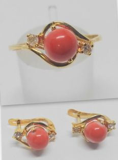 cocktail ring and earrings set of 18 kt yellow gold - salmon colour coral - cocktail ring interior measurement 18.5 mm - earrings 1.2 cm
