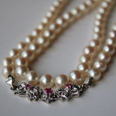 Necklace with genuine sea/salty Japanese Akoya pearls with very shiny pearls, good lustre. 18kt. White gold lock with 3 natural Rubies.