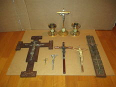 Collection consisting of 7 crucifixes in various dimensions and different materials