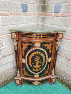 Wooden corner cabinet, in Boulle style with marble top surface, richly decorated with inlays - Italy, early 20th century