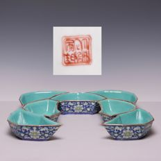 Set of seven blue, enamelled, decorated porcelain bowls - China - Tongzhi brand mark and period (1861–1875)