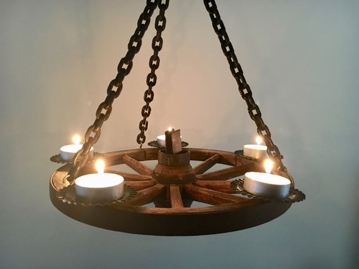 Candle crown made of wagon wheel
