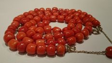 Necklace and bracelet of precious coral cheeses on 8 kt gold clasps