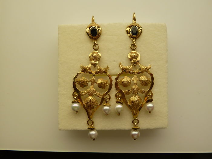 18 kt yellow gold earrings with blue sapphires and salt water pearls
