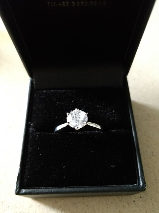 18 kt white gold ring of 3.7 g with solitaire diamond of 1.21 ct, size 56