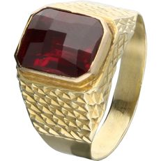14 kt Yellow-gold ring, set with a faceted ruby