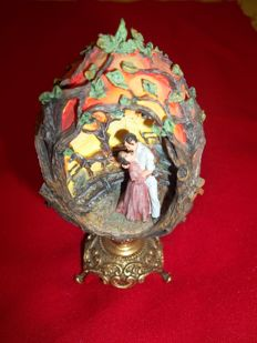 Franklin Mint - Gone with the wind - Flames of Romance - A handpainted Tesori Porcelain egg on 24K gold accented base - Rare collector egg