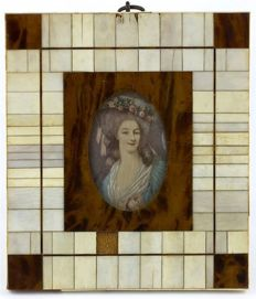 Painted ivory plaque depicting a noble woman - France, signed Challon 20th century (pre-1947) - with frame in wood, turtle shell and ivory